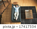 ソファ 寝転ぶ くつろぐの写真 17417334
