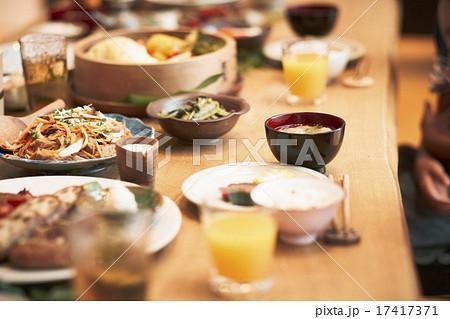 家族団らんで食事 17417371