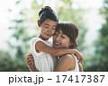 抱きしめる 母 娘の写真 17417387
