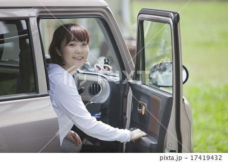 車に乗る女性 17419432