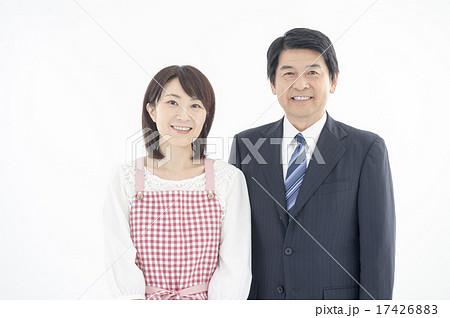 専業主婦とサラリーマンの中年夫婦 17426883
