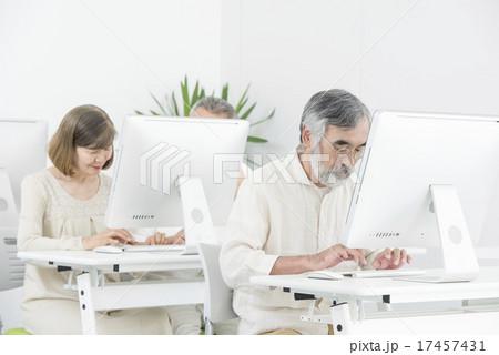 パソコンを習うシニア 17457431