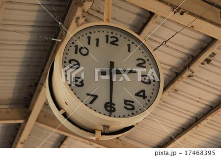 二時半を指す駅にある大きな時計。 17468395