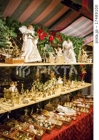 ドイツ、クリスマスマーケットの露店で売られる木彫りの人形とクリスマスツリーの飾り 17489100
