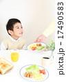 男の子 朝食 子供の写真 17490583