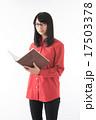 本と女性 17503378