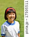 笑顔の女の子(体操服、芝生) 17505511