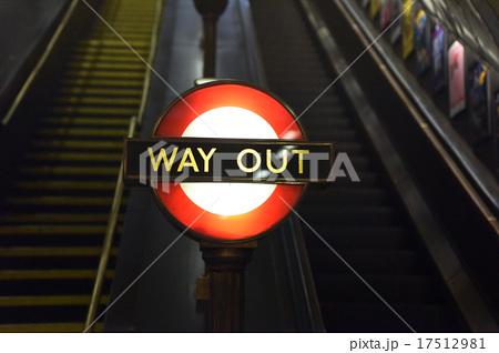 イギリス、ロンドンの地下鉄出口標識 WAY OUT  17512981