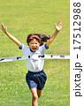 走る女の子(体操服、ゴールテープ、芝生) 17512988
