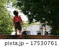 子供 散歩 17530761