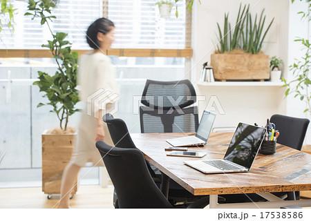 明るいオフィスと忙しく歩く女性 17538586
