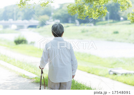 80歳のおばあちゃん 後ろ姿 17548091