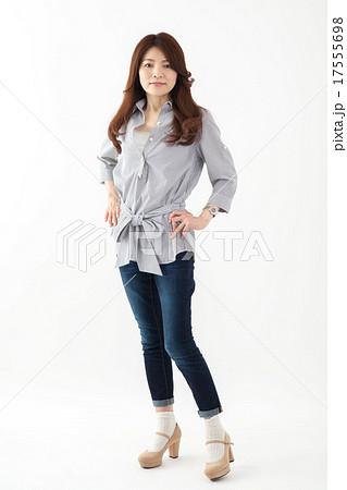 中年女性 日本人 ミドル女性 全身 かっこいい 17555698
