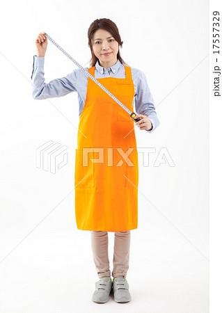 小売店舗 ホームセンターDIY メジャーを持つ女性店員 17557329