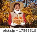 おじいさん 持つ 男性の写真 17566618