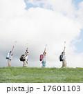 小学生 子供 草原の写真 17601103