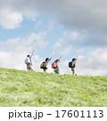 小学生 子供 草原の写真 17601113