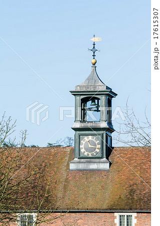 レンガ造りの建物の上の時計台