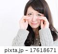 アップ 泣き顔の若い女性 17618671