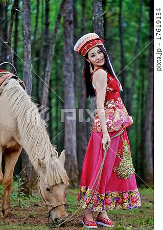 白馬と美人女性モデル ポーズ撮影 中国雲南省麗江 民族衣装 黒髪ストレートモデル 17619134