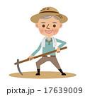 鍬で畑仕事をする年配の農夫 17639009