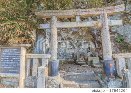 春の秋保温泉近くに鎮座する塩滝不動尊(岩窟堂) 17642264