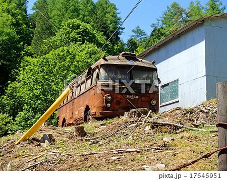 山梨県の大菩薩ラインに放置された廃車バス 17646951