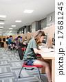 図書館でパソコンを使う大学生 17681245