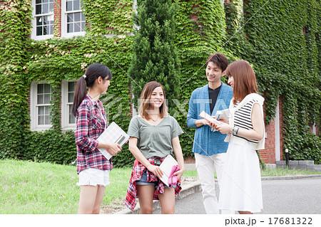 教育イメージ 大学のキャンパスライフ 男女 17681322