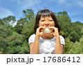 おにぎり 女の子 食べるの写真 17686412
