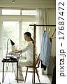 家事をする女性 17687472