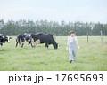 牧場で働く女性 17695693