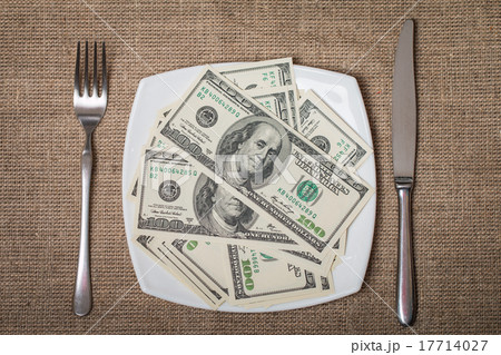 Money on a white plate with knife and forkの写真素材 [17714027] - PIXTA