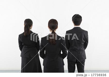 ビジネス 男女 3人 後ろ姿 17736936