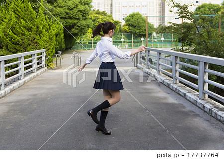 女子高生 踊る 回転する 17737764