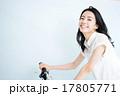 自転車に乗る女性 17805771