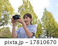 写真撮影する初心者の女性 17810670