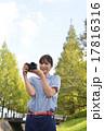 写真撮影する女性 17816316