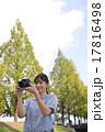 写真撮影する初心者の女性 17816498