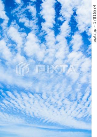 雲 綿雲 積雲 層積雲もしくは高積雲 青い空 白い雲 秋の空 背景用素材 クラウド 青空 合成用背景 17816834