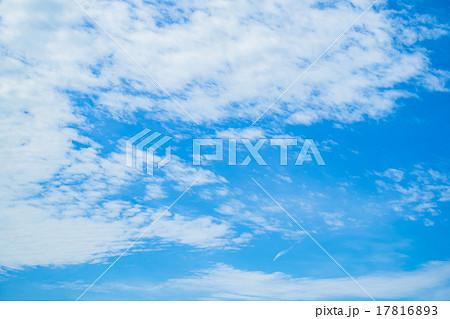 雲 綿雲 積雲 層積雲もしくは高積雲 青い空 白い雲 秋の空 背景用素材 クラウド 青空 合成用背景 17816893