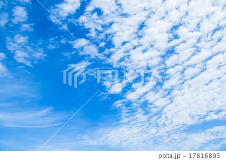 雲 綿雲 積雲 層積雲もしくは高積雲 青い空 白い雲 秋の空 背景用素材 クラウド 青空 合成用背景 17816895