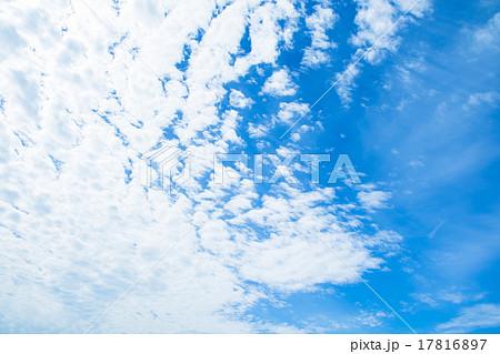 雲 綿雲 積雲 層積雲もしくは高積雲 青い空 白い雲 秋の空 背景用素材 クラウド 青空 合成用背景 17816897