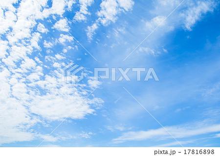 雲 綿雲 積雲 層積雲もしくは高積雲 青い空 白い雲 秋の空 背景用素材 クラウド 青空 合成用背景 17816898