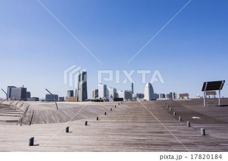 横浜港大さん橋から見る「みなとみらい21」方面 17820184