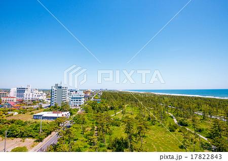 海と林の中の遊歩道とホテル街 17822843