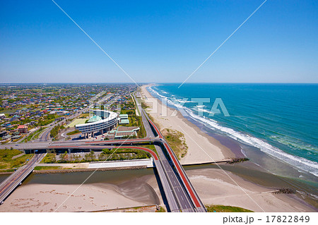 爽やかな初夏の九十九里海岸と長い砂浜を走る有料道路を空撮 17822849