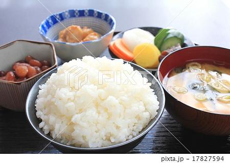 昔ながらの質素な日本食 17827594