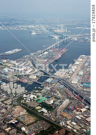 横浜港の本牧ふ頭上空から大黒ふ頭方面を空撮 17829808