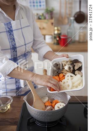 野菜を鍋に入れる女性 17841724